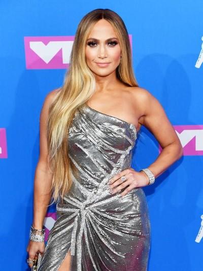Jennifer Lopez pakai perhiasan Tiffany & Co. senilai Rp 29,2 miliar. Foto: Getty Images