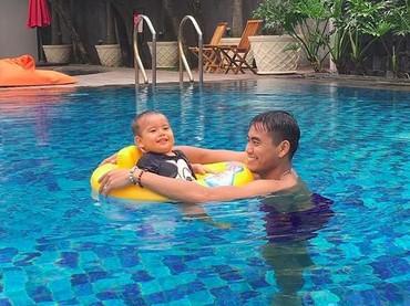 Happy time sama papa di kolam renang di Solo. (Foto: Instagram @danisharsenio)