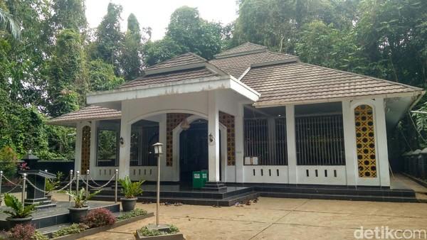 Inilah Makam Prabu Hariang Kencana. Konon, menurut sejarah, Situ lengkong terbentuk dari air zam-zam yang dibawa oleh Raja Panjalu Prabu Boros Ngora dari Timur Tengah. (Dadang/detikTravel)