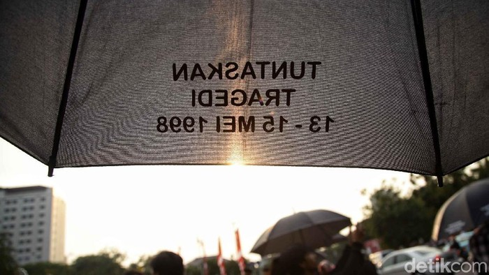 Sejumlah warga yang tergabung dalam Jaringan Solidaritas Korban untuk Keadilan melakukan aksi Kamisan pekan ke-550 di depan Istana Merdeka, Jakarta Pusat, Kamis (23/8/2018). Dalam aksinya mereka meminta Presiden Joko Widodo untuk menuntaskan kasus pelanggaran HAM serta memberitahukan hasil penyelidikan TPF (Tim Pencari Fakta) tentang pembunuhan Munir Said Thalib kepada masyarakat setelah 13 tahun berlalu tanpa adanya kejelasan.