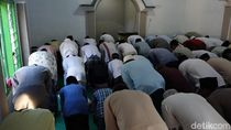 Ratusan Jemaah Islam Aboge Probolinggo Gelar Salat Id