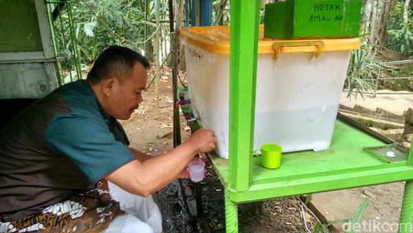 Air zam-zam yang ada di Nusa gede ini berasal dari situ kemudian disuling ke atas dan disaring, disimpan dalam penampung air. (Dadang/detikTravel)