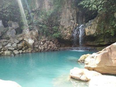 Kolam Alami Curug Cantik di Bogor yang Berwarna Toska