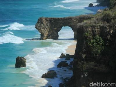 Potret Batu Cincin Pantai Mbawana Sebelum dan Sesudah Runtuh