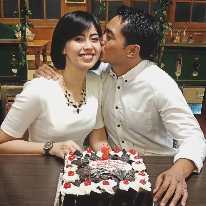 Yama Carlos menikahi Arfita Dwi Putri pertengahan tahun 2016 lalu. Keduanya kerap membagikan momen kemesraannya di media sosial. Foto: Instagram yamacarlos7