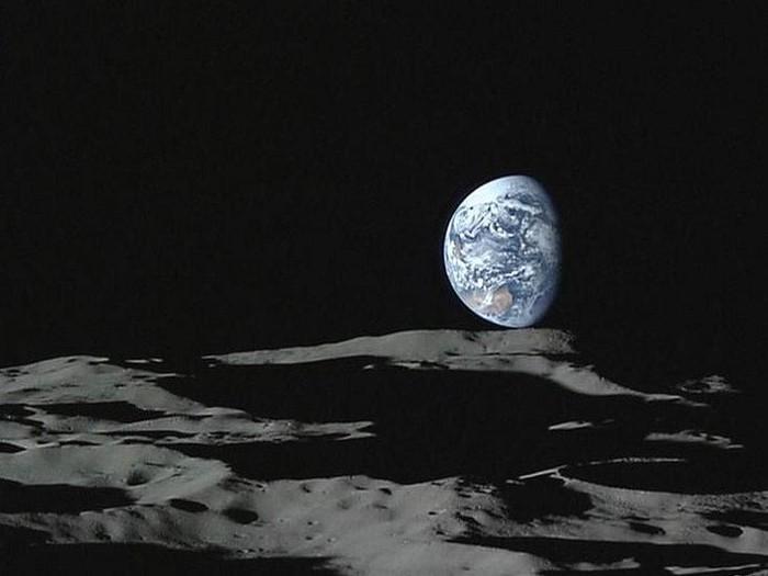 Air berbentuk es terdeteksi di permukaan Bulan