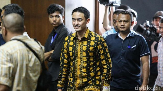 Gubernur Jambi nonaktif Zumi Zola Zulkifli menjalani sidang perdana di Pengadilan Tipikor Jakarta. Ia didakwa menerima gratifikasi total Rp 44 miliar.