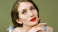 Rangkaian Potret Wanita Cantik yang Percaya Diri dengan Lengan Berbulu
