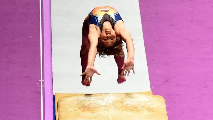 Pesenam Indonesia Rifda Irfanaluthfi melakukan lompatan dalam final senam Artistik nomor perorangan per alat putri Asian Games 2018 di Jakarta International Expo (JIEXPO) Kemayoran, Jakarta, Kamis (23/8). ANTARA FOTO/INASGOC/Rakhmawaty Lalang/pras/18.