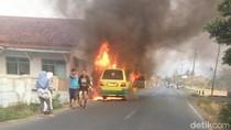 Mobil Angkudes Terbakar Tewaskan Seorang Penumpangnya