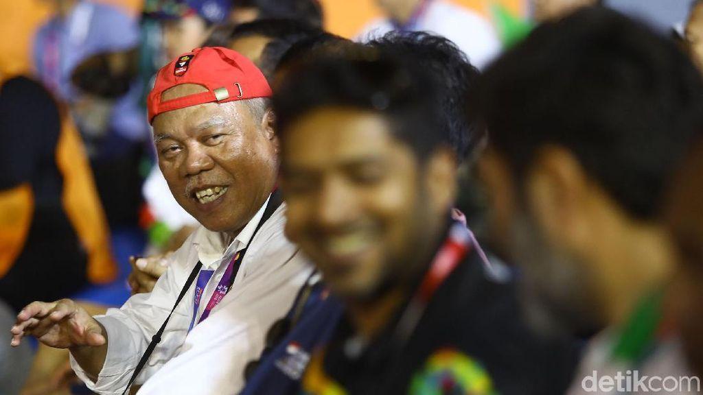 Gaya Menteri Jokowi Tonton Panjat Tebing Asian Games