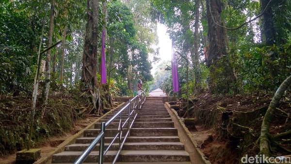 Dari gerbang, traveler bisa meniti anak tangga untuk menuju ke lokasi wisata ziarah, yaitu makam Prabu Hariang Kencana, anak Prabu Boros Ngora. (Dadang/detikTravel)