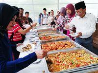 Makanan khas Idul Adha disajikan kepada hadirin