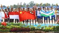 Indonesia finis di bawah pedayung China 6 menit 28.07 detik. Sementara tempat ketiga ditempati Uzbekistan dengan waktu 6 menit 38.40 detik.