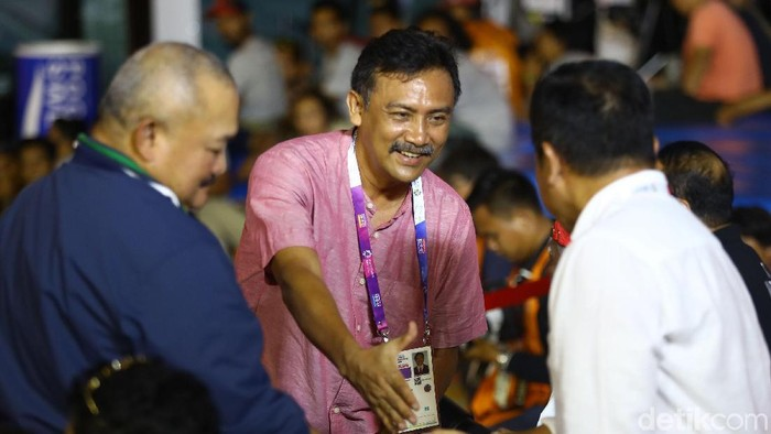 Beberapa menteri Kabinet Kerja menonton langsung cabang olahraga panjat tebing (sport climbing) nomor kecepatan putra dan putri di Palembang. Begini gaya mereka menonton ajang tersebut.