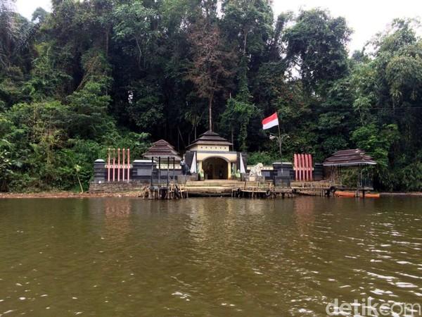 Gerbang Nusa Gede dan Situ Lengkong Panjalu. Untuk bisa menuju ke sini, traveler memang harus naik jasa angkutan perahu. Nusa gede murupakan pulau yang berada di tengah-tengah Situ (danau) Lengkong. (Dadang/detikTravel)