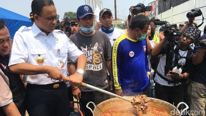 Foto: Gubernur DKI Jakarta Anies Baswedan mengunjungi Dapur Kurban di Jakarta Utara. (Indra-detikcom)