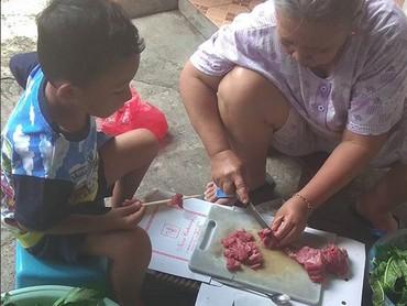 Telaten banget anak yang satu ini bantu sang nenek menusukkan daging ke tusukan sate. (Foto: Instagram/ @rida_widyatmoko)