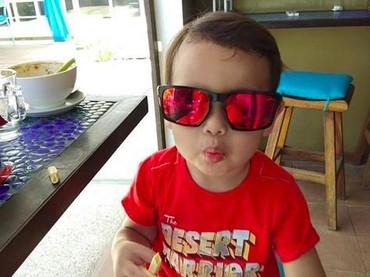 Danish kini berumur 3 tahun. Dia udah keren belum kalau pakai kacamata? (Foto: Instagram @danisharsenio)