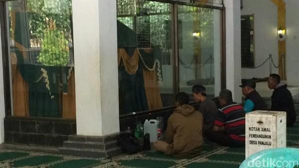 Prabu Boros Ngora merupakan murid Sayyidina Ali. Makam ini pun ramai dikunjungi peziarah yang datang dari berbagai daerah seperti Lampung, daerah Jawa Tengah, Jawa Timur, Kalimantan. (Dadang/detikTravel)