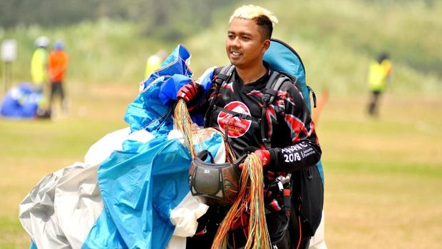 Jafro Megawanto mendapat tawaran jadi atlet saat ia tengah menekuni pekerjaan melipat parasut.