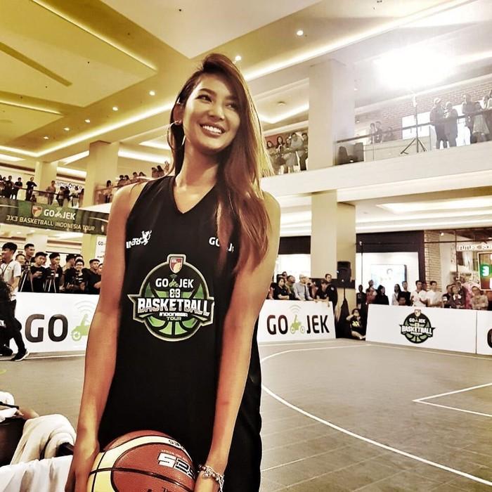 Wanita pemilik tinggi 175 cm ini hobi bermain basket. Foto: Instagram/mariaselena_