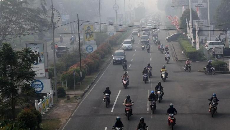 10 Heli Water Bombing Dikerahkan Padamkan Karhutla di Kalbar