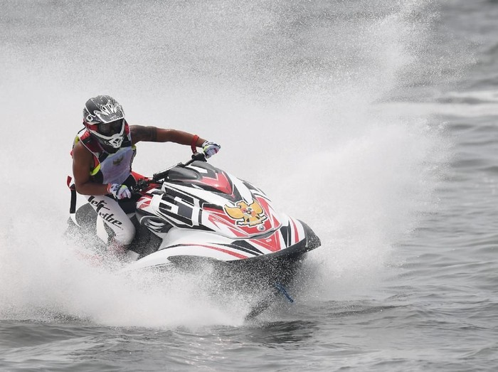 Atlet Jetski Indonesia Aqsa Sutan Aswar memacu jetski yang dikendarainya pada nomor pertandingan Runabout Limited di ajang Asian Games 2018 di Jet-Ski Indonesia Academy, Jakarta, Kamis, (23/8). ANTARA FOTO/INASGOC/ANDRY BEY/inp/18