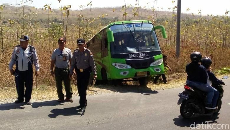 Bus Masuk Parit di Bojonegoro, Satu Penumpang Tewas