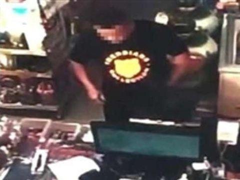 CCTV yang memperlihatkan Tang membeli pisau di supermarket