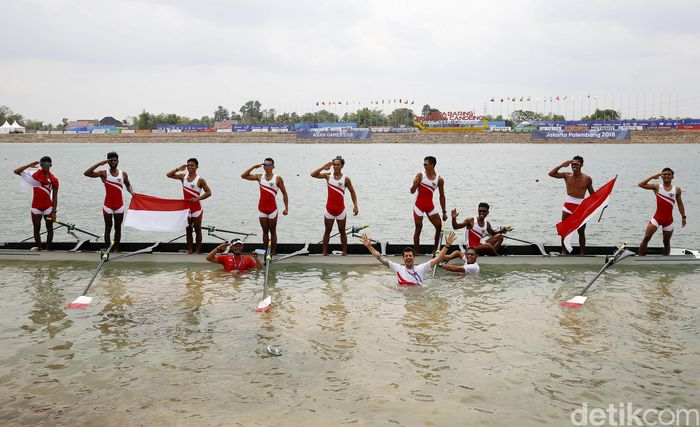 Tanzil, Muhad, Rio, Jefri, Ali, Ferdiansyah, Ihram, Ardi, dan Ujang memberikan penghormatan usai memenangkan cabor dayung nomor Mens Lightweight Eight (Ringan Delapan Putra) di JSC Lake, Palembang, Jumat (24/8/2018).