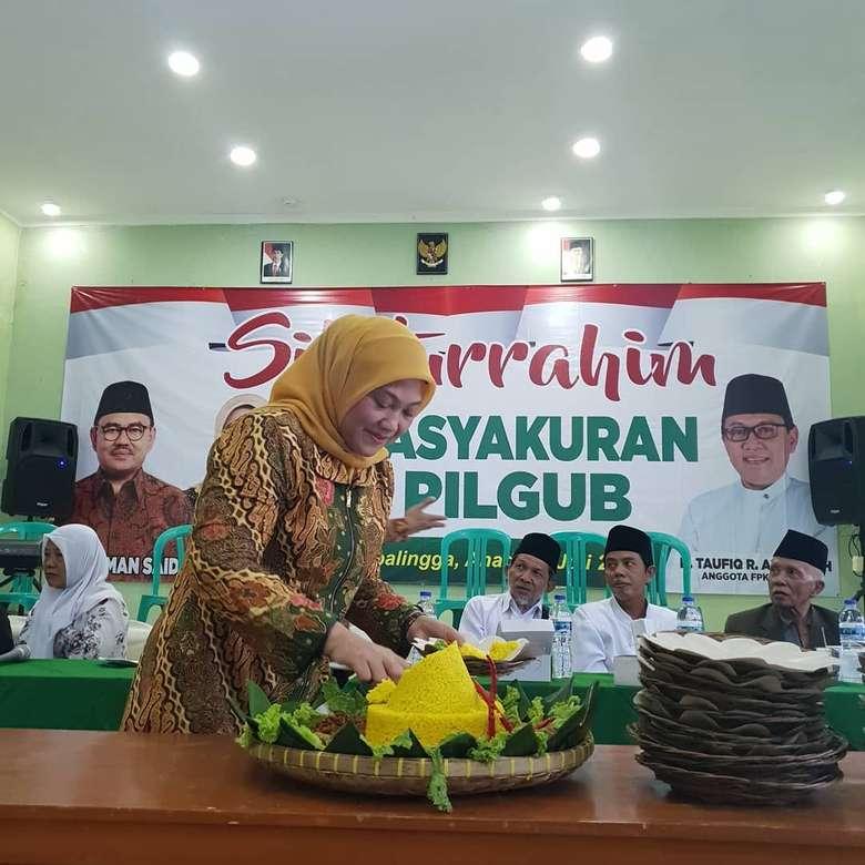 Ida Fauziyah merupakan seorang politisi wanita, sekaligus menjabat sebagai Ketua Umum Pengurus Pusat Fatayat NU. Ia sempat mencalonkan diri sebagai pasangan gubernur Jawa Tengah, dengan Sudirman Said. Kini mereka berdua baru saja Putus setelah memiliki kubu yang berbeda di Pilpres 2019. Foto: Instagram @idafauziyahnu