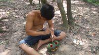 Cara Unik Masak Telur di Hutan, Pakai Semangka!