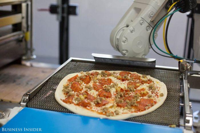 Didirikan pada tahun 2015, Zume Pizza menggunakan robot dan kecerdasan buatan untuk membuat pizza lebih cepat. Istimewa/BusinessInsider.