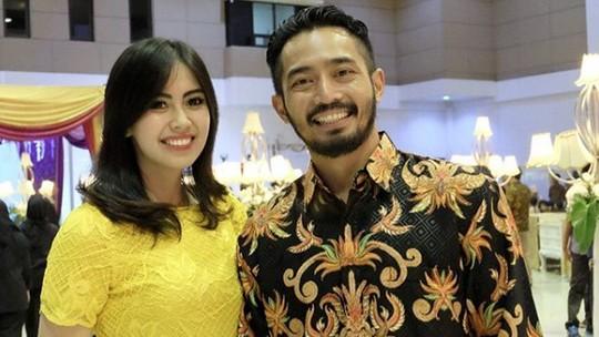 Melihat Lagi Kebersamaan Yama Carlos dan Istri