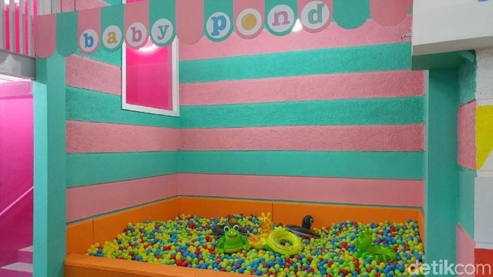 Kolam bola anak. Foto: Tri Ispranoto