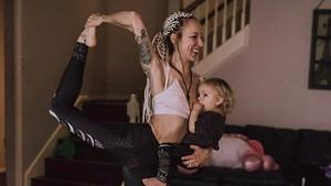 10 Foto Ibu Menyusui Putrinya Sambil Yoga