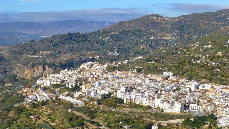 Inilah Kota Lanjaron di Spanyol. Di 1999, Lanjaron pernah mengeluarkan aturan melarang warganya mati. Alasannya karena pemakaman di sana sudah overcrowded. (dok. caballoblanco)