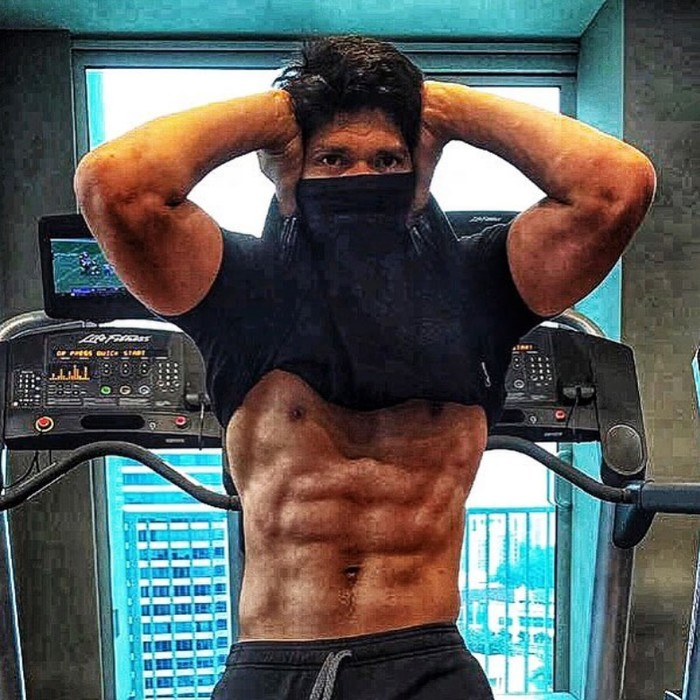 Sebagai aktor laga, tubuh yang kekar berisi merupakan kewajiban. (Foto: instagram/iko.uwais)