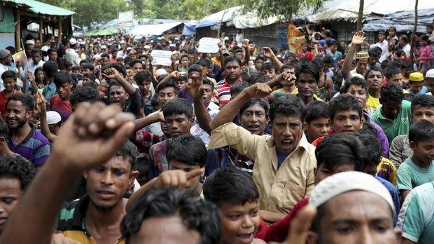 Ratusan pengungsi Rohingya memperingati setahun eksodus dari Rakhine akibat ulah militer Myanmar, di Cox's Bazar, Bangladesh, 2018.