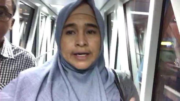 Neno Warisman saat berjalan di garbarata Bandara SSK II Pekanbaru.