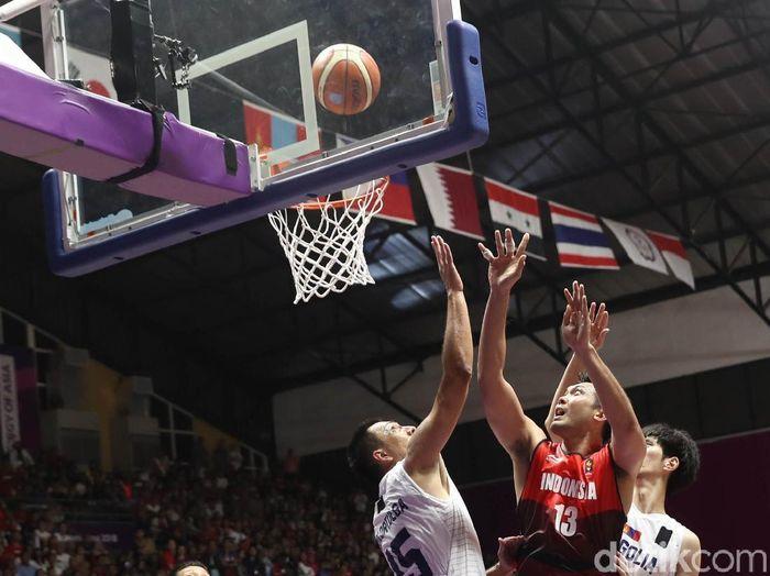 Atlet basket Indonesia berebut bola dengan atlet basket Mongolia dalam lanjutan pertandingan group A Asian Games 2018 di Hall Basket, Senayan, Jakarta, Sabtu (25/8/2018). Indonesia kalah dari Mongolia dengan skore 69-74.