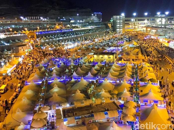Pada 10 Zulhijah, jemaah haji seluruh dunia bergerak menuju Mina untuk melaksanakan mabit atau bermalam di Mina. Ini dia potret tenda-tenda di Mina. (Fuad Fariz/detikcom)