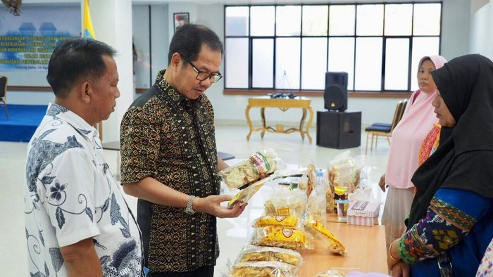 Dirut LPDB-KUMKM Braman Setyo (batik hitam) dan Kepala Disperindagkop dan UMKM Kaltara Hartono (batik putih)/Foto: Dok LPDB