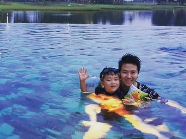 Happy banget nih Rafael yang saat berenang ditemani tante tersayang. (Foto: Instagram/ @natsirliliyana)