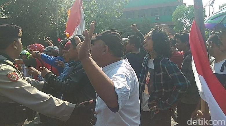 Massa Tolak dan Pro Deklarasi #2019GantiPresiden Bertemu, Ricuh
