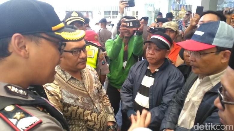 Massa Tolak #2019GantiPresiden Minta Ahmad Dhani Tinggalkan Surabaya
