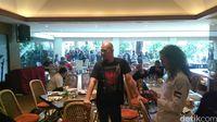 Ahmad Dhani bersama pria gondrong yang mengenakan seragam FPI.
