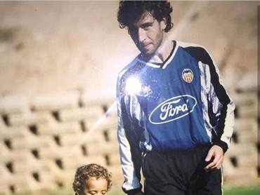 Nah ini foto Luis Milla bertahun lalu saat anaknya yang diberi nama sama dengannya. (Foto: Instagram @luismillacoach)