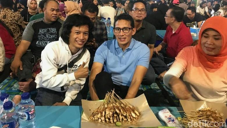 Sandiaga Ngamen di Sate Taichan Senayan